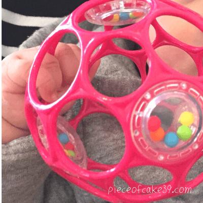0歳のおすすめ知育玩具「オーボール」