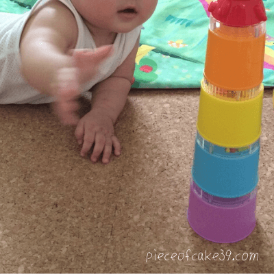 0歳のおすすめ知育玩具「コップがさね」